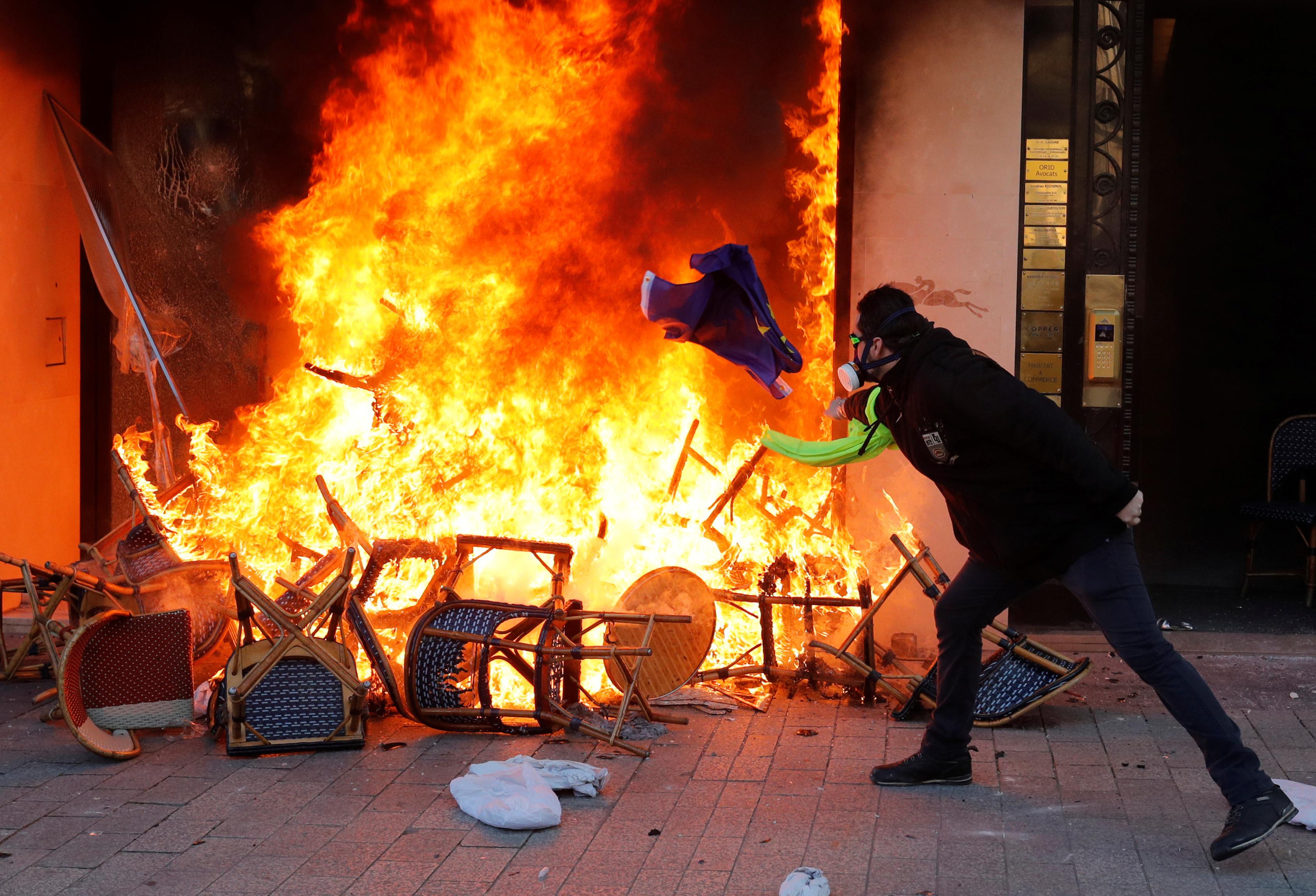 Mais de 20 sentenças de prisão após protestos violentos em Paris