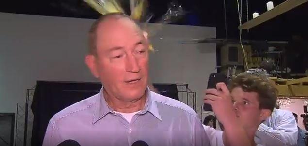 Senador atingido por ovo após culpar muçulmanos por ataque a mesquitas