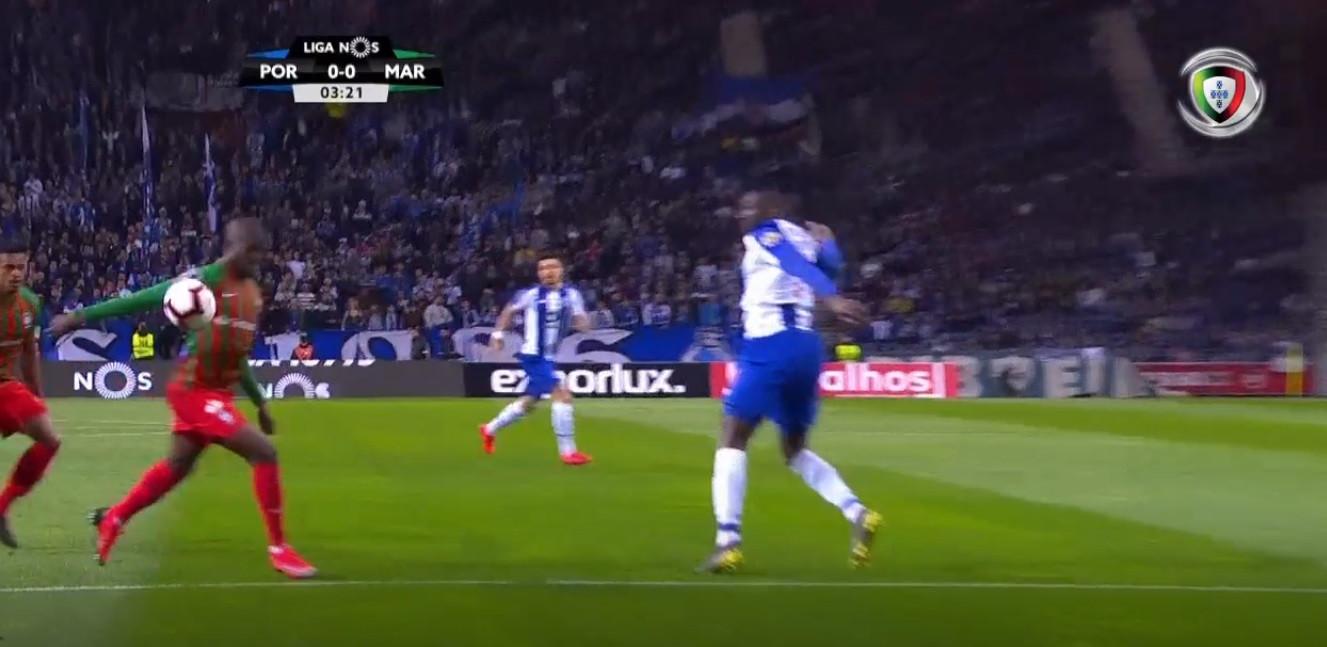 Penálti para o FC Porto... mas o VAR corrigiu a decisão de João Capela