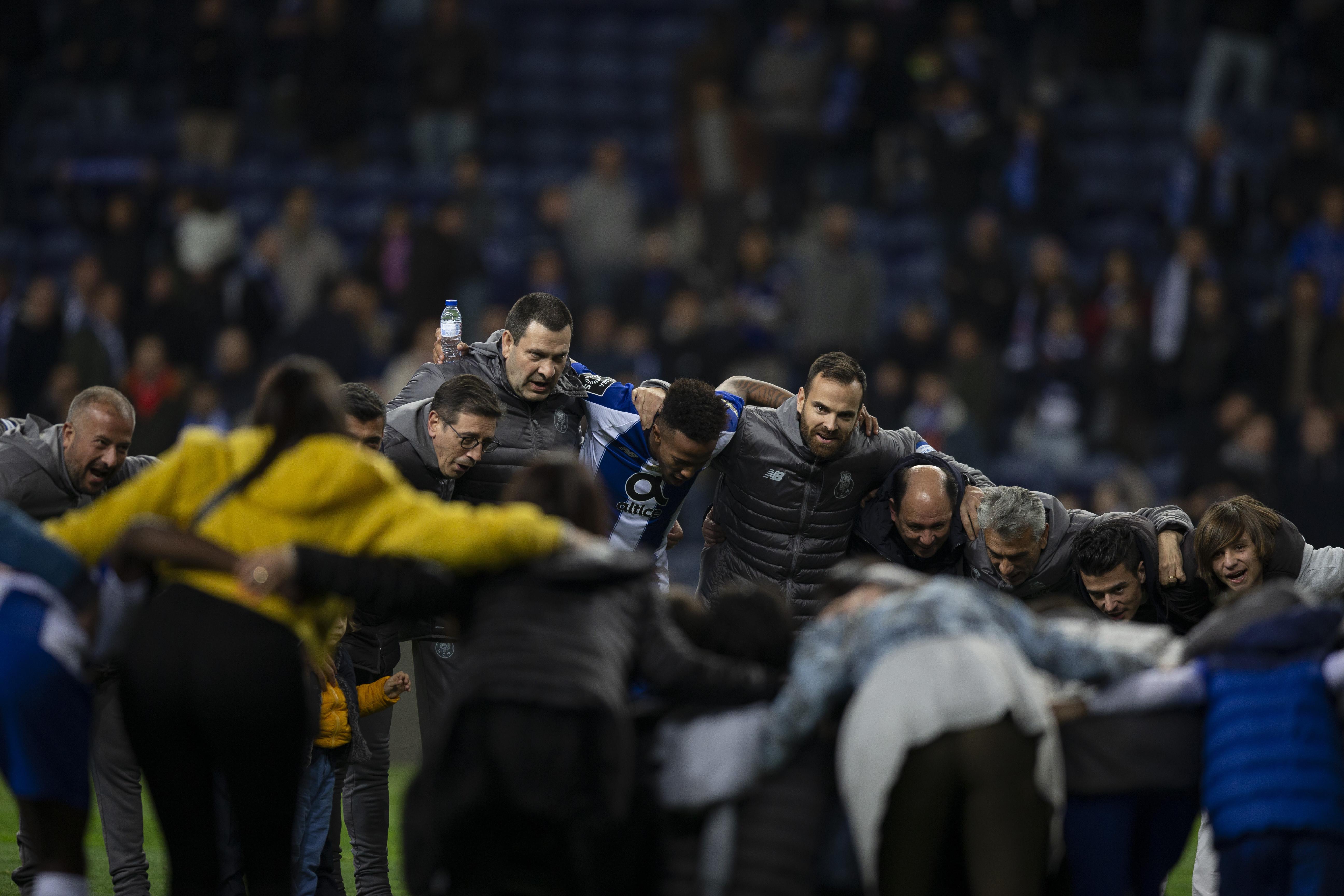 Plantel do FC Porto 'despediu-se' no Dragão com companhia especial