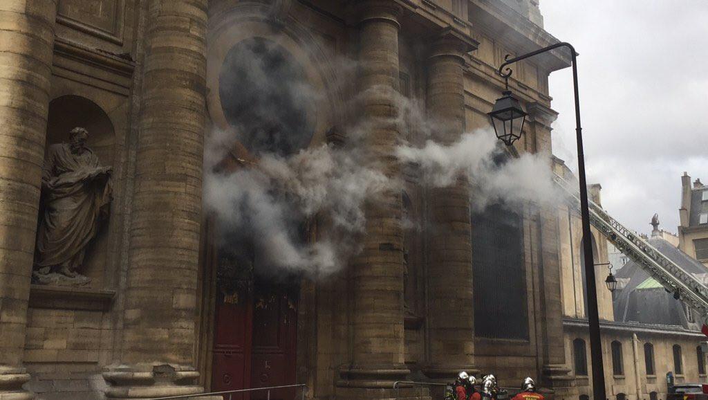 Incêndio deflagra em histórica igreja de Paris