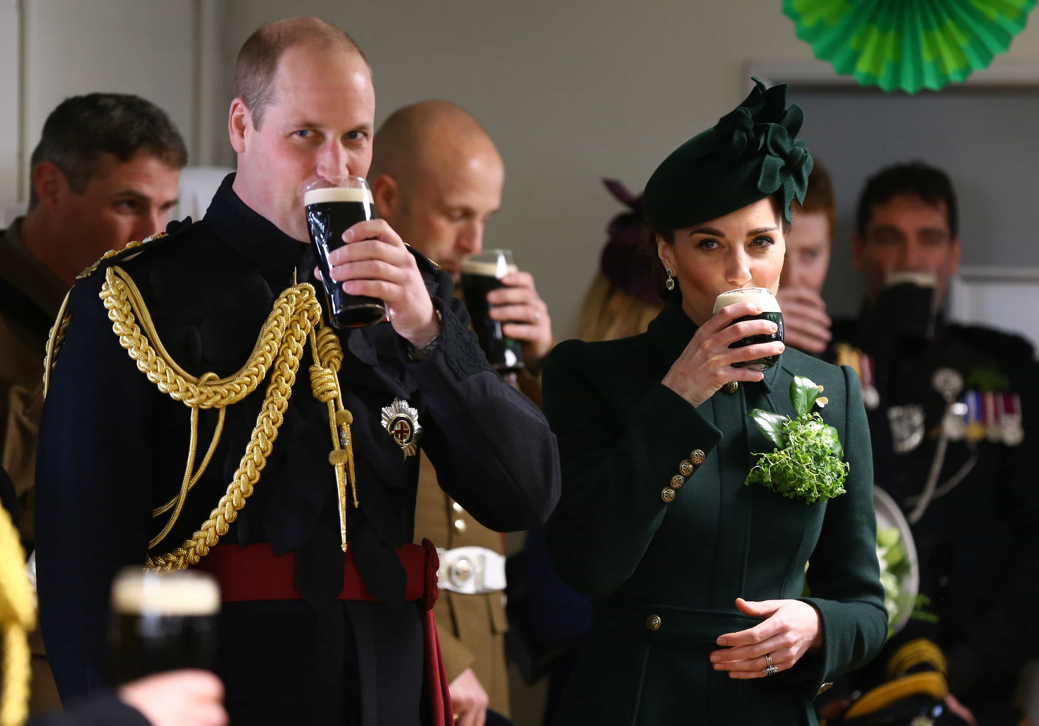 William e Kate Middleton festejam feriado nacional a beber... cerveja