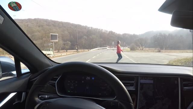 Youtube. Testou carro da Tesla ao tentar atropelar a mulher