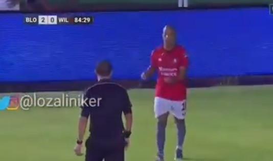 Sem substituições, jogador retira-se de campo após insultos racistas
