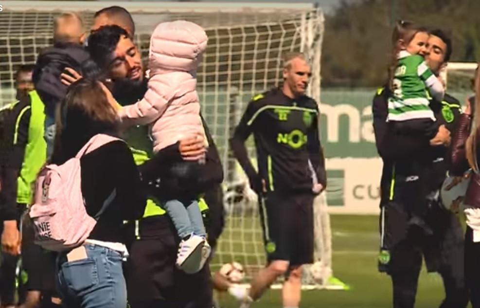 Filhos de jogadores do Sporting pararam o treino e surpreenderam os pais