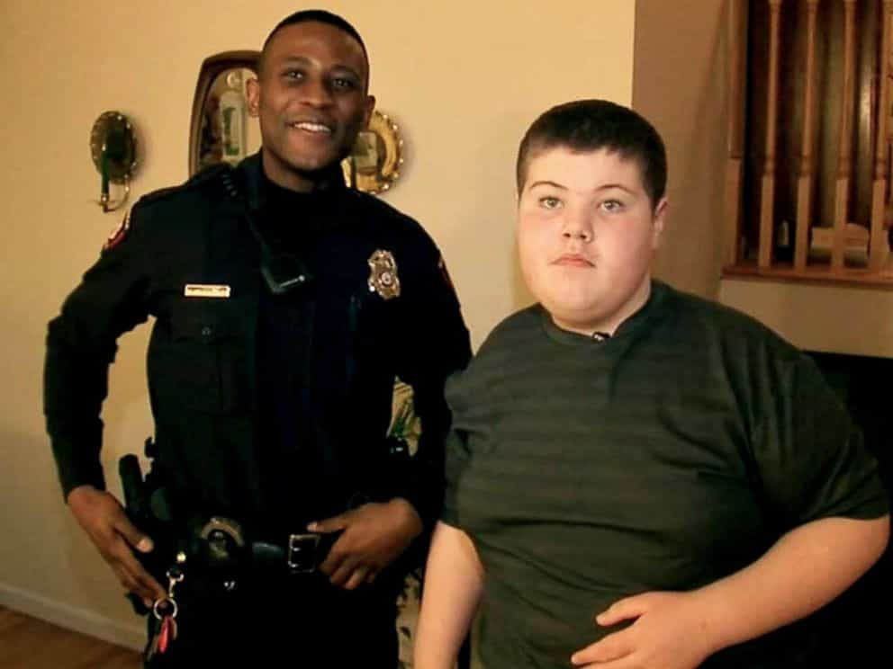 Criança autista liga para a polícia a pedir ajuda para encontrar peluche