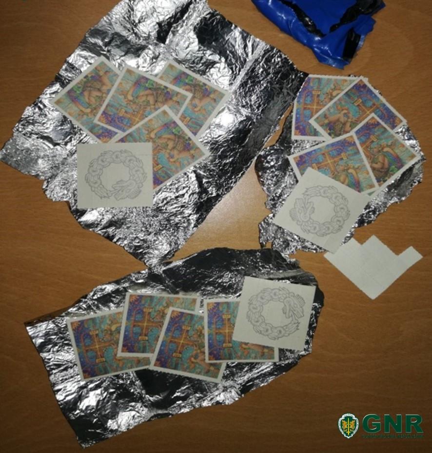 Casal acaba detido ao sofrer despiste com 385 selos de LSD no veículo