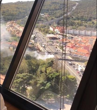 Autocarro em chamas na Avenida Eng. Duarte Pacheco corta trânsito