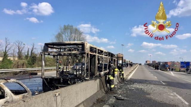 Condutor detido em Milão após incendiar autocarro escolar