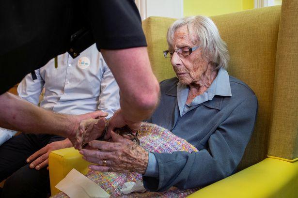 Idosa de 104 anos tinha um desejo: Ser presa. Polícia de Bristol cumpriu