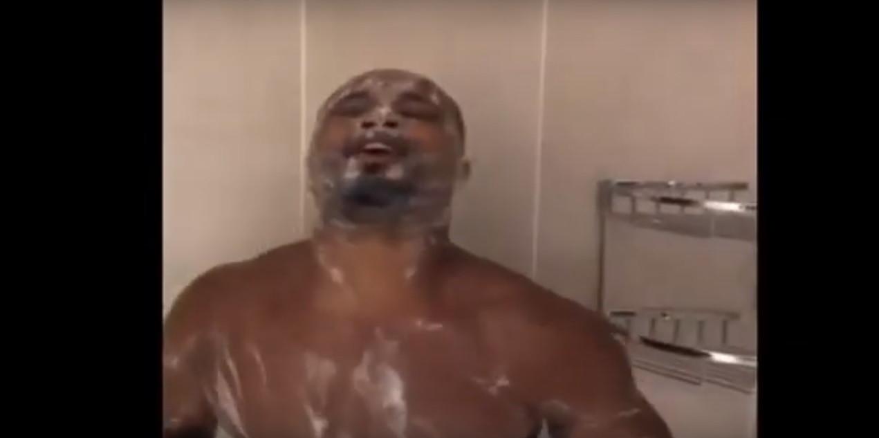 Imperdível: Evra a cantar reggaeton no duche