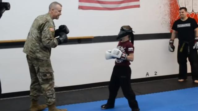 Soldado regressa e surpreende filho durante aula num reencontro emotivo