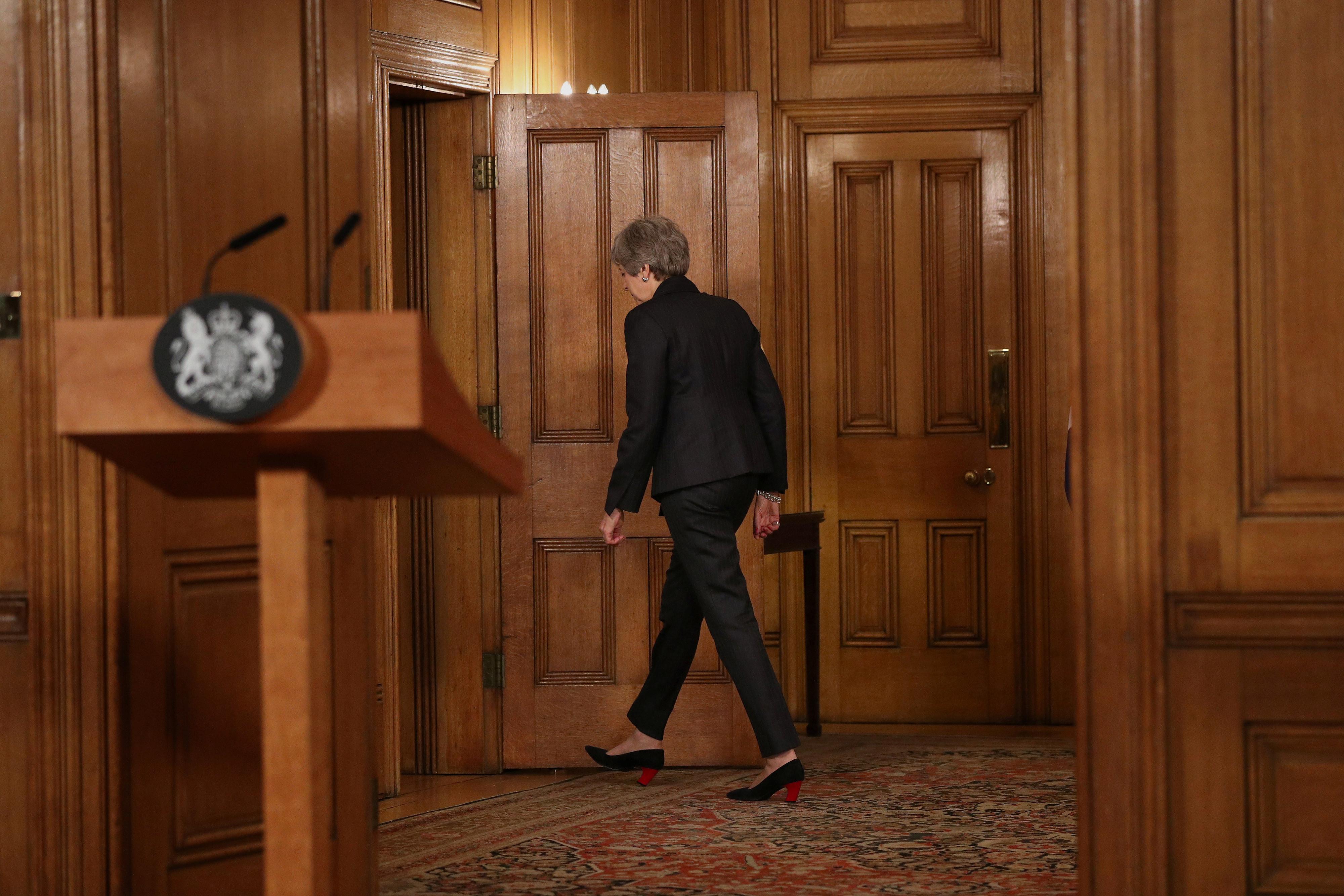 Desabafo ouvido na sala no final do discurso de May torna-se viral