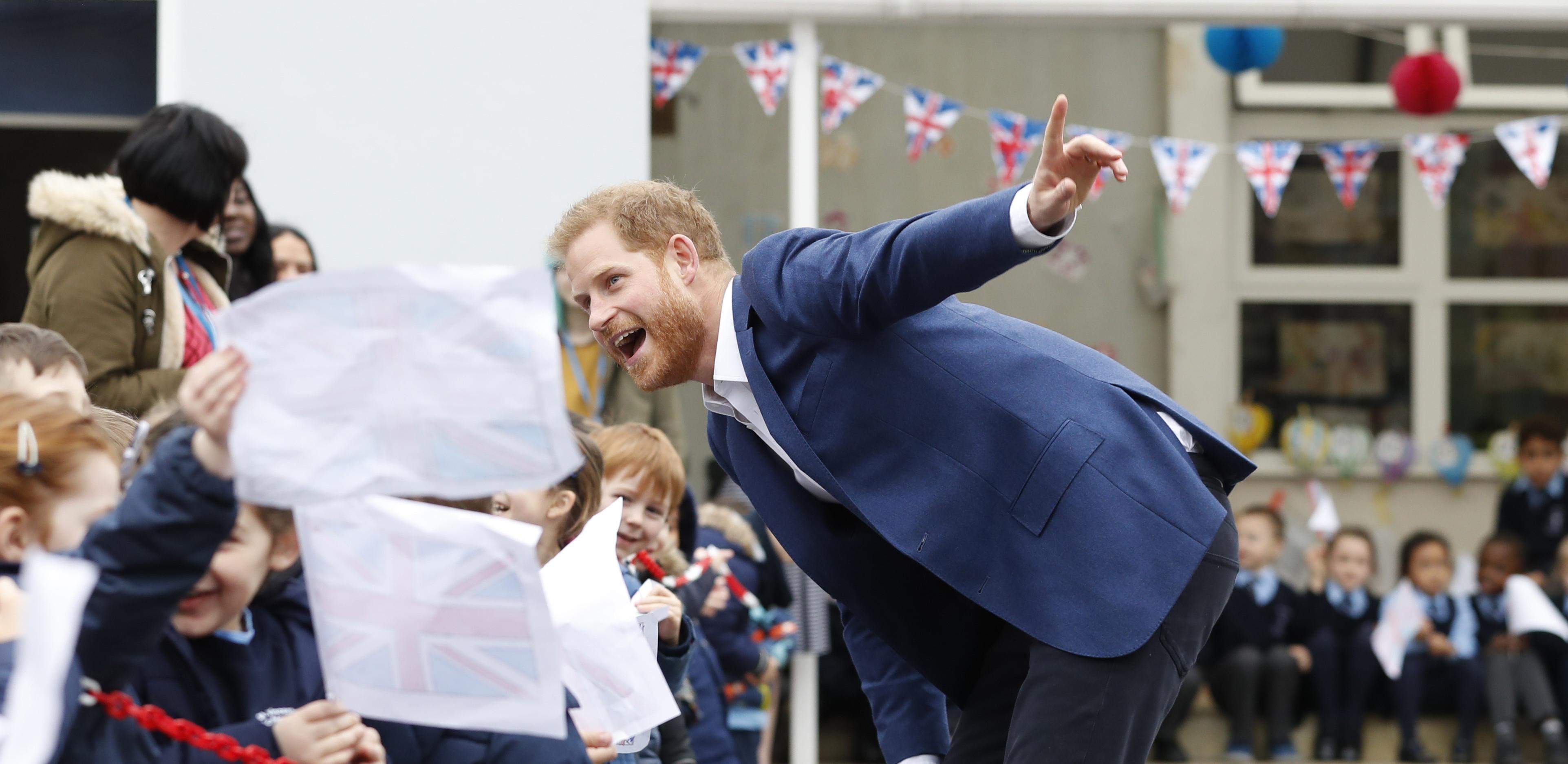 Príncipe Harry explica a crianças como é que Meghan Markle engravidou