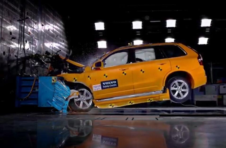 Volvo atira XC90 contra parede de betão e o resultado impressiona