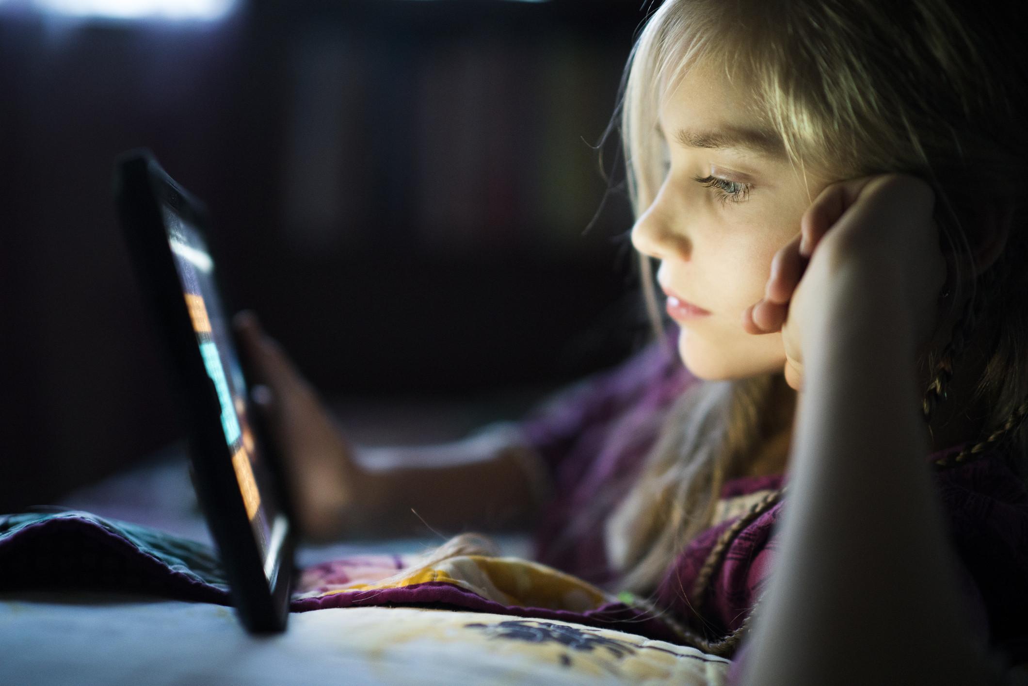 Sabe com quem o seu filho fala quando está na internet?