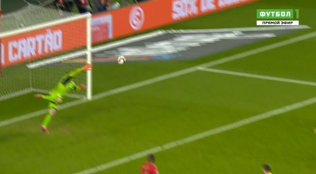 A fantástica defesa de Pyatov que negou o golo a André Silva