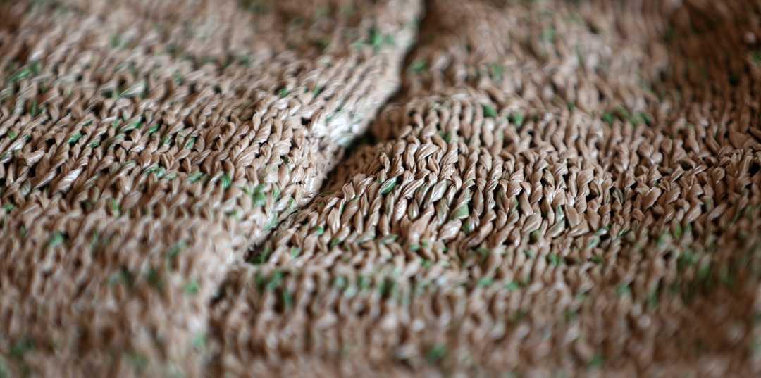 Idosa tricota fato completo a partir de... 300 sacos de plástico