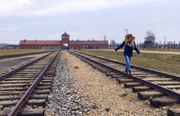 Querem aprender a equilibrar-se? Auschwitz não é lugar para isso