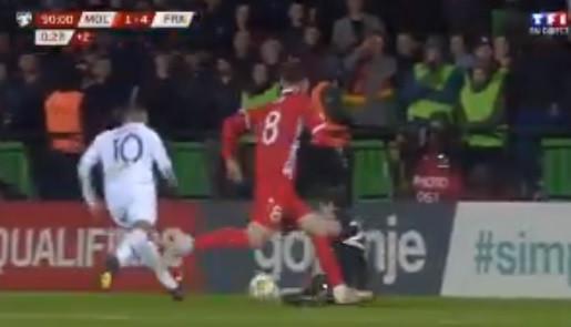 Mbappé protagoniza lance 'ridículo' ao tentar cavar grande penalidade