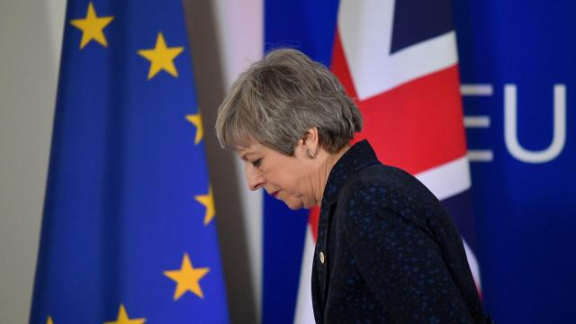 De mãos vazias? May vai defender adiamento curto do Brexit em Bruxelas
