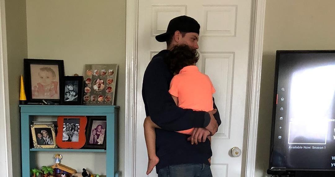 Funcionário da TV Cabo distrai criança para que mãe possa descansar