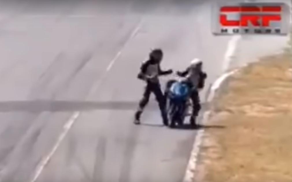 Inacreditável: Piloto agarra-se a moto de adversário e desata ao soco