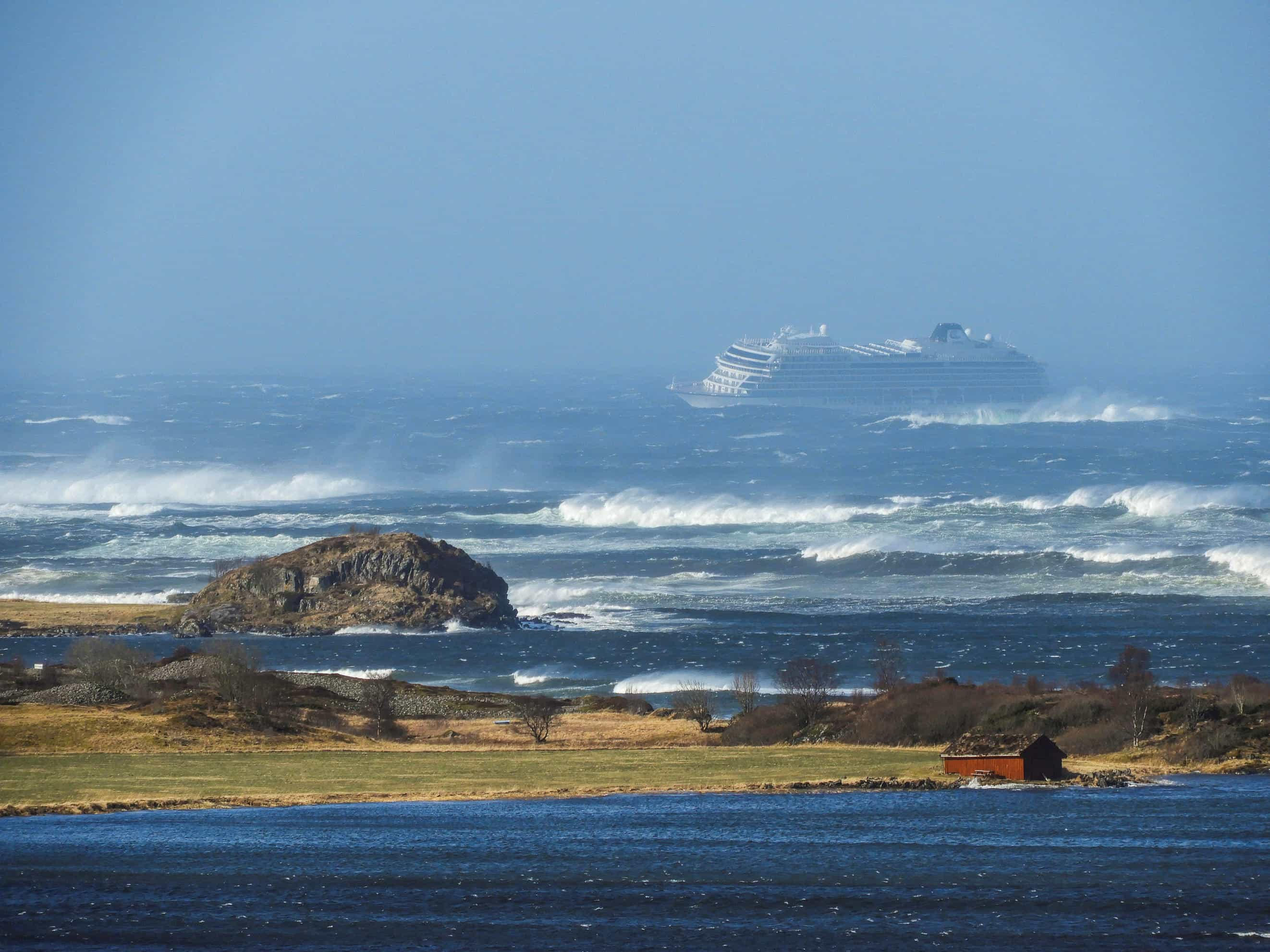 Cruzeiro à deriva na costa da Noruega já conseguiu reiniciar motores