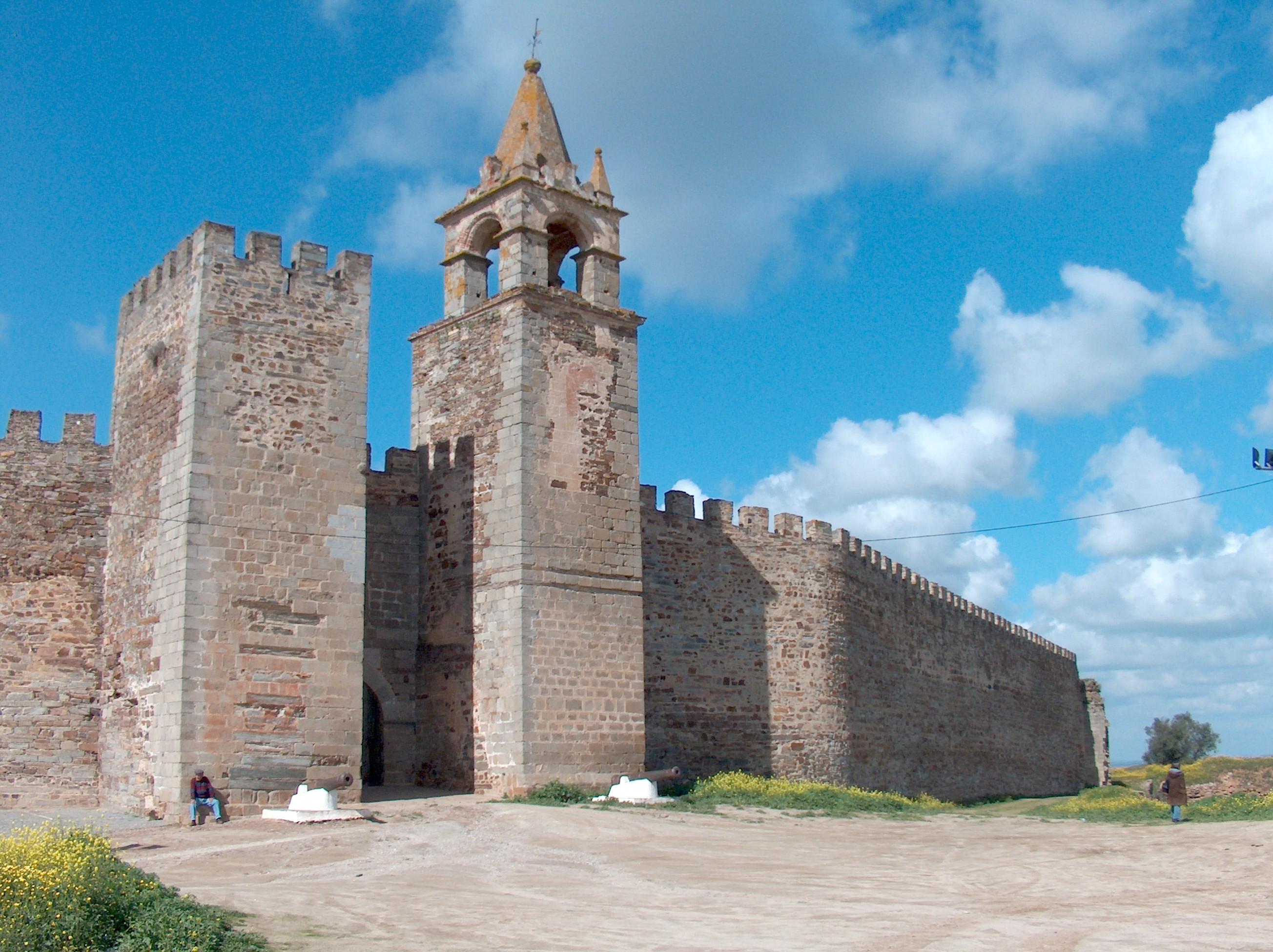 Raio danifica uma das torres do Castelo de Mourão