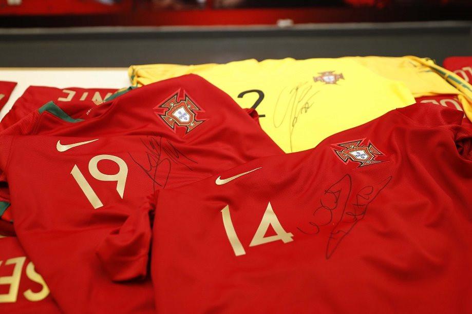 Seleção solidária com Moçambique. Craques oferecem camisolas autografadas