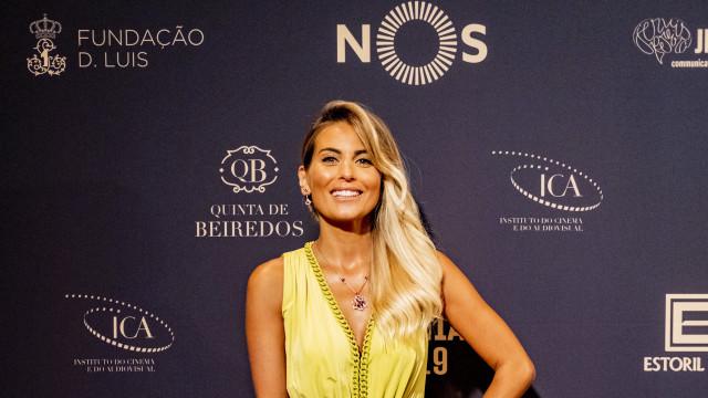 Liliana Santos exibe elegância e 'brilha' na passadeira vermelha