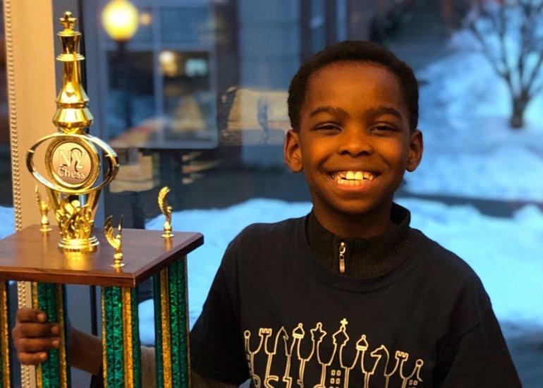 Refugiado de 8 anos é campeão de xadrez em Nova Iorque. E era sem-abrigo