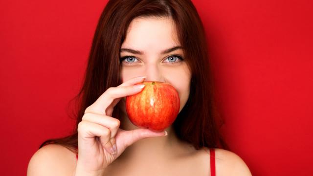 Comer uma maçã por dia reduz em 50% risco de cinco tipos de cancro