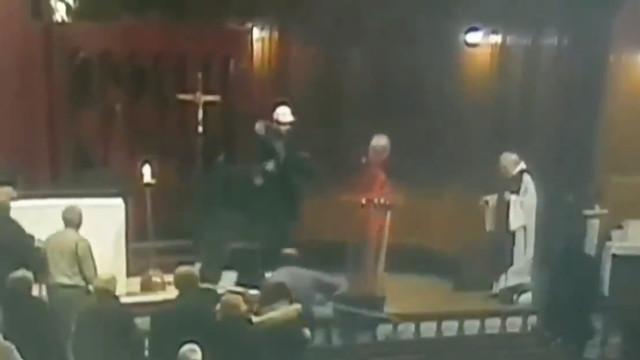 Ataque com faca a padre durante missa ficou gravado em vídeo