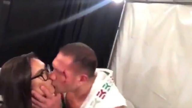 Pugilista 'rouba' beijo na boca a jornalista durante flash interview