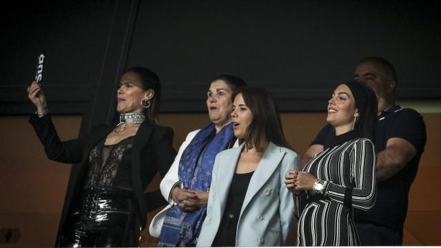 Georgina Rodríguez, Dolores e Elma Aveiro ao rubro no jogo de Portugal