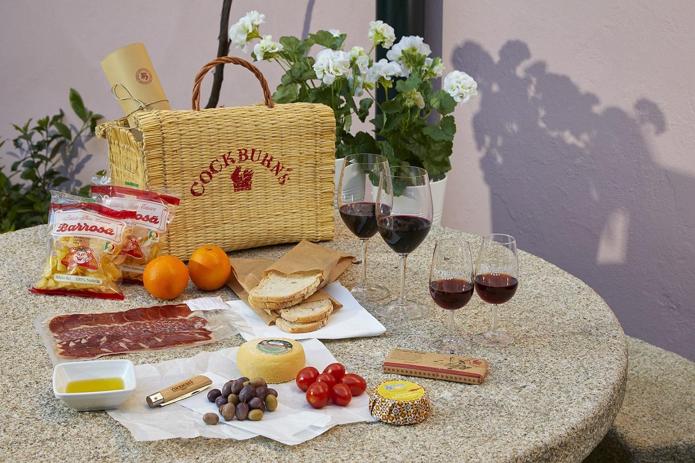 Caves Cockburn's: Iguarias e vinhos para saborear em cestas de vime