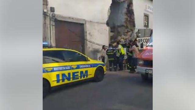 Camião despista-se e embate contra casa em Braga. Há um ferido grave