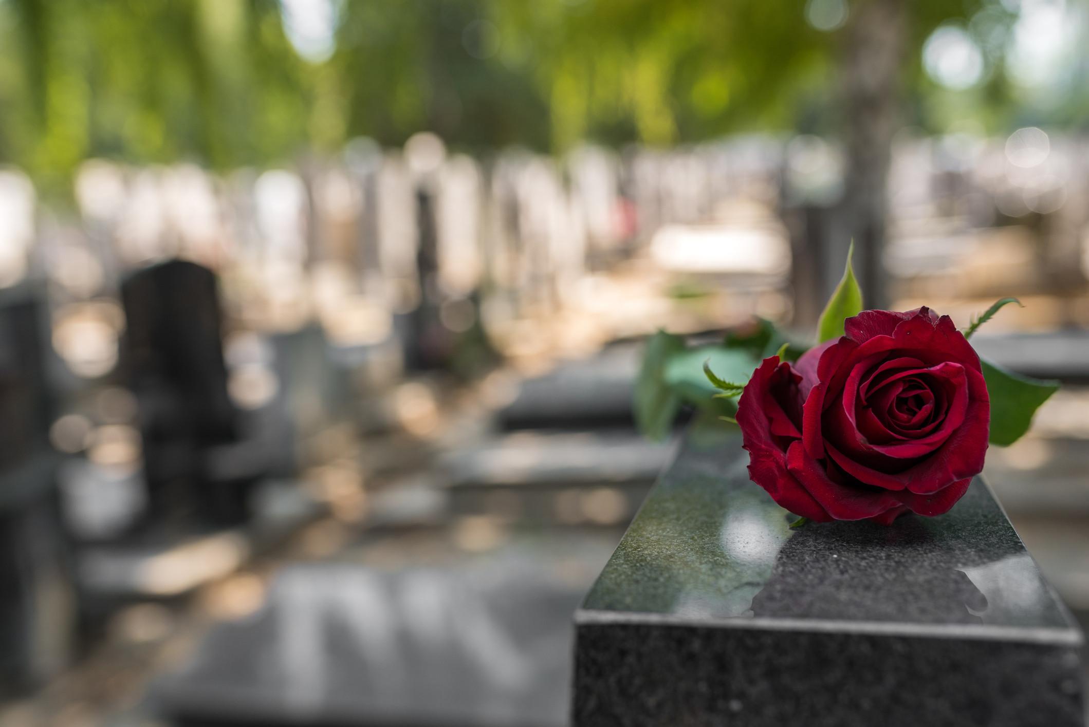 'Curavam' com magia negra. Apanhados a desenterrar objetos no cemitério