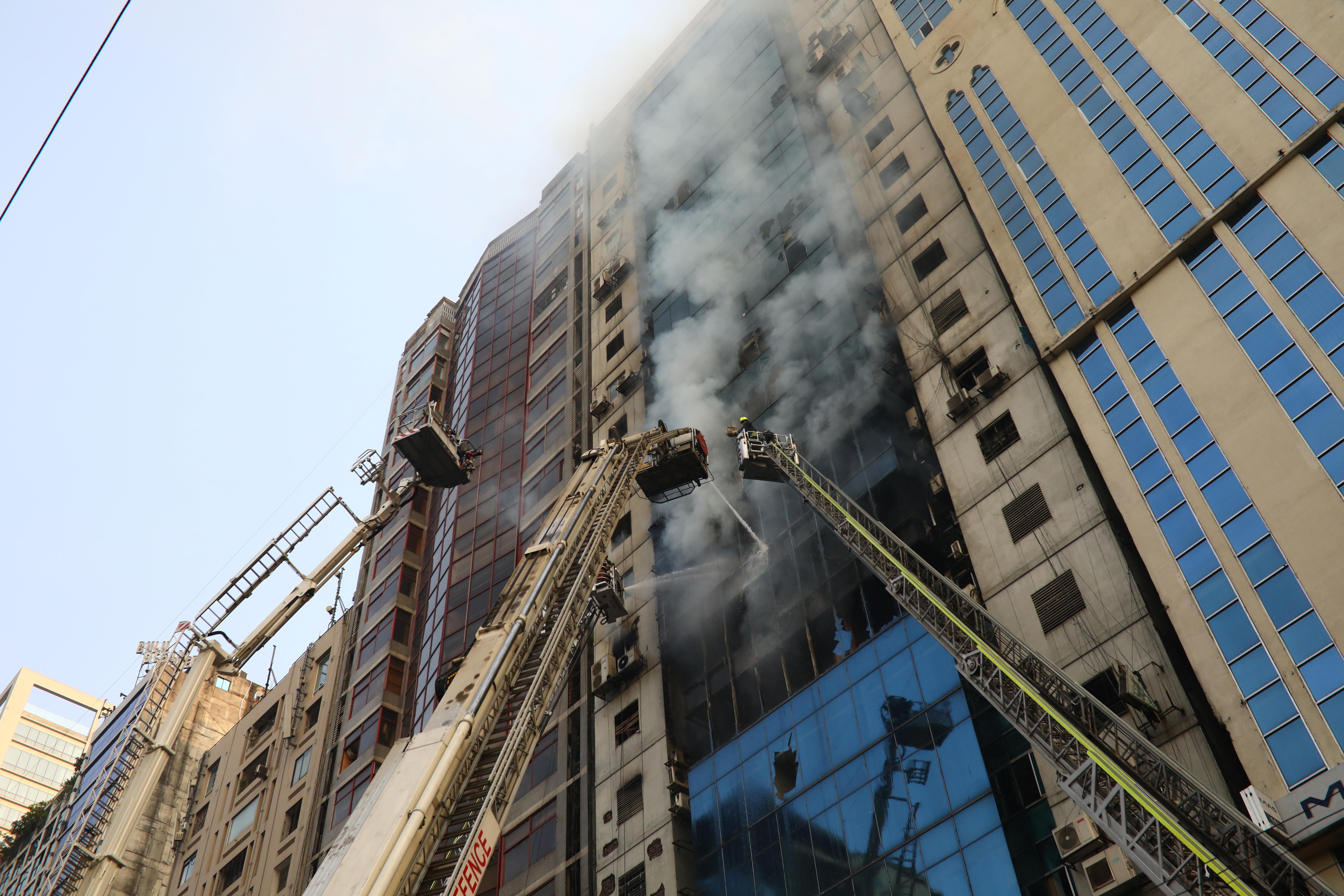 Incêndio em edifício no Bangladesh fez pelo menos 19 mortos