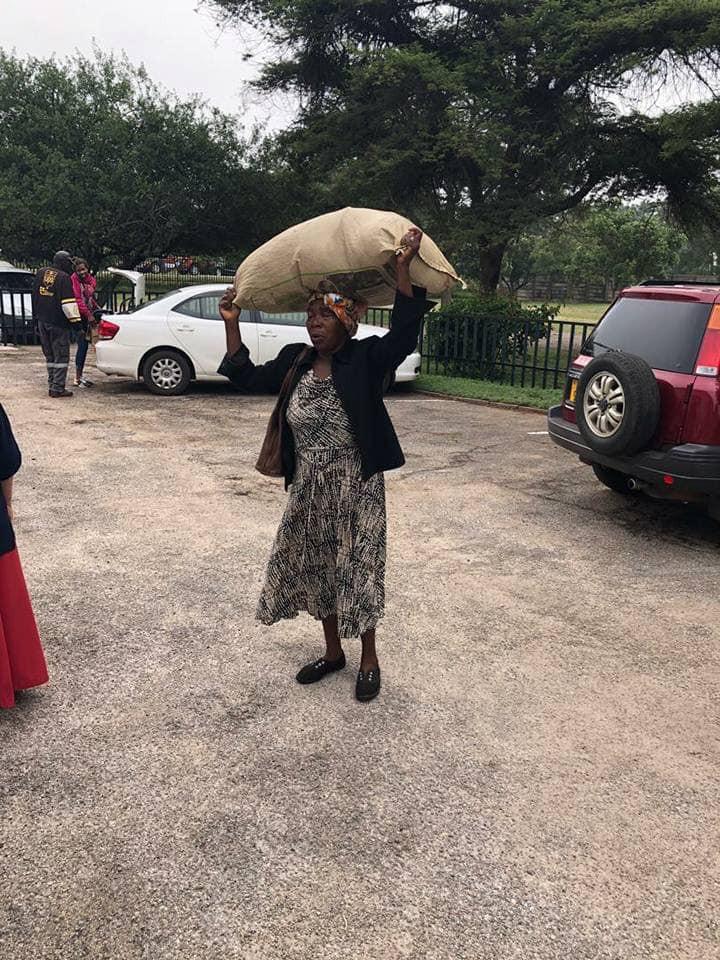 Idosa caminhou 10 km com saco de ajuda para vítimas do ciclone Idai