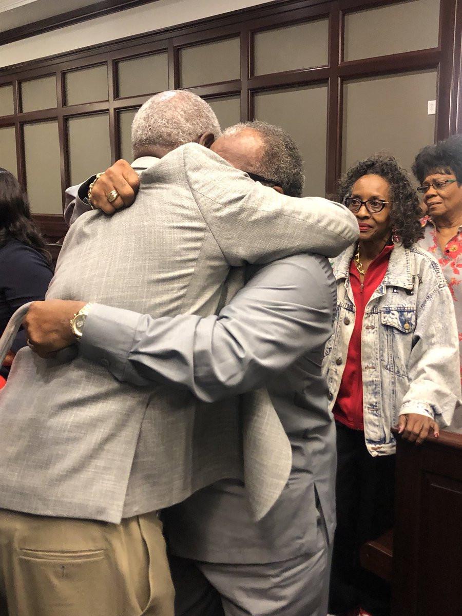 Tio e sobrinho libertados após 43 anos de prisão. Eram inocentes