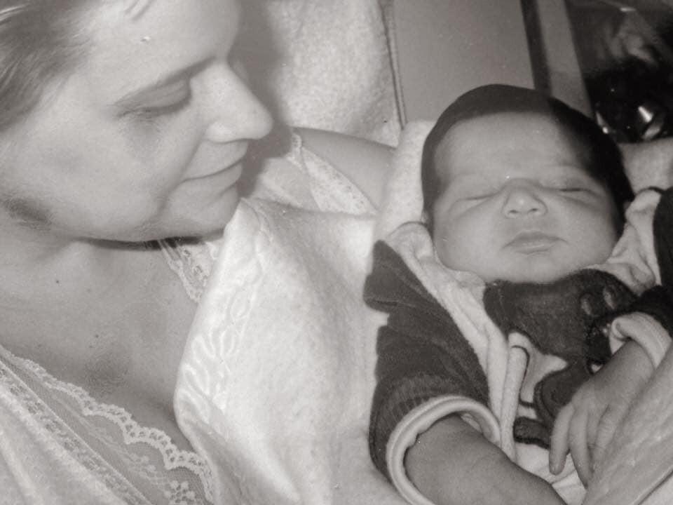 Noémia Costa celebra aniversário da filha com fotos raras