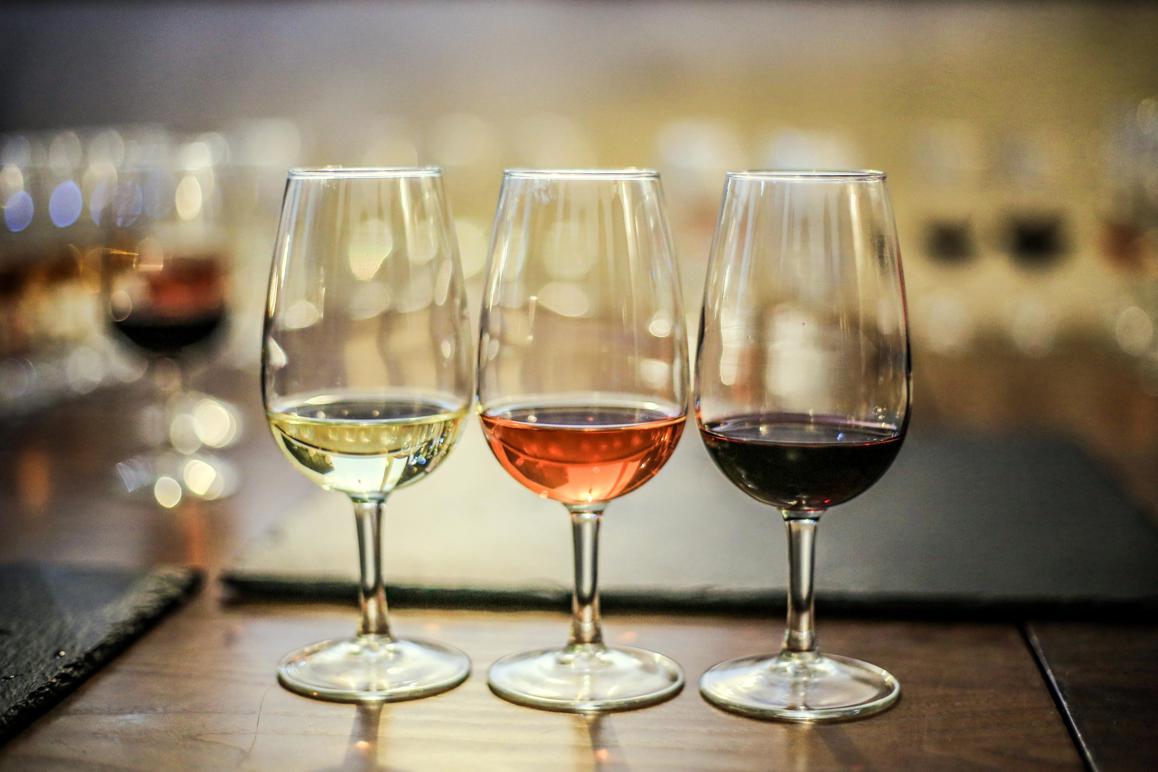 Vendidas bebidas com corantes como se fossem vinho. Milhares apreendidos