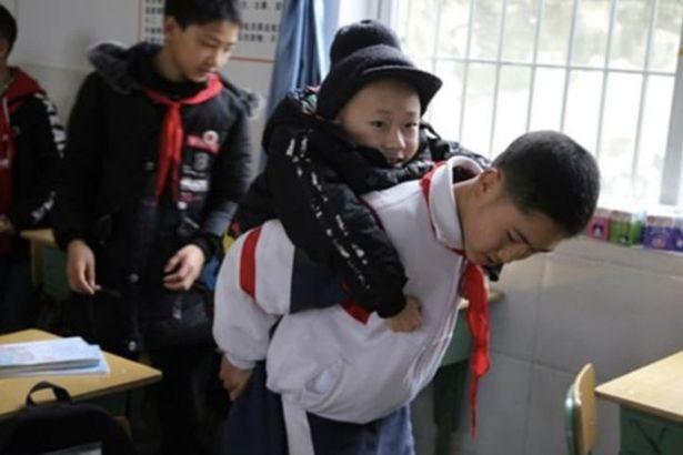 Há seis anos que este aluno leva melhor amigo às cavalitas para a escola