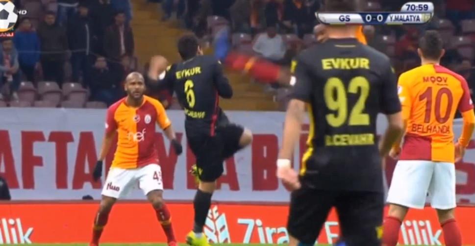 Jogador do Galatasaray foi expulso após este golpe... de karaté