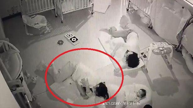 Educadora deita-se sobre bebé que não queria adormecer e sufoca-o