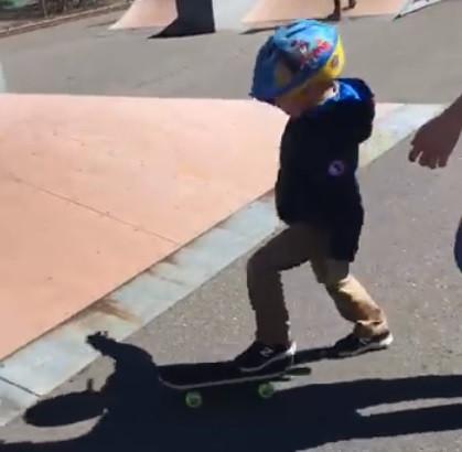 Grupo de jovens ensinou menino autista que fazia anos a andar de skate