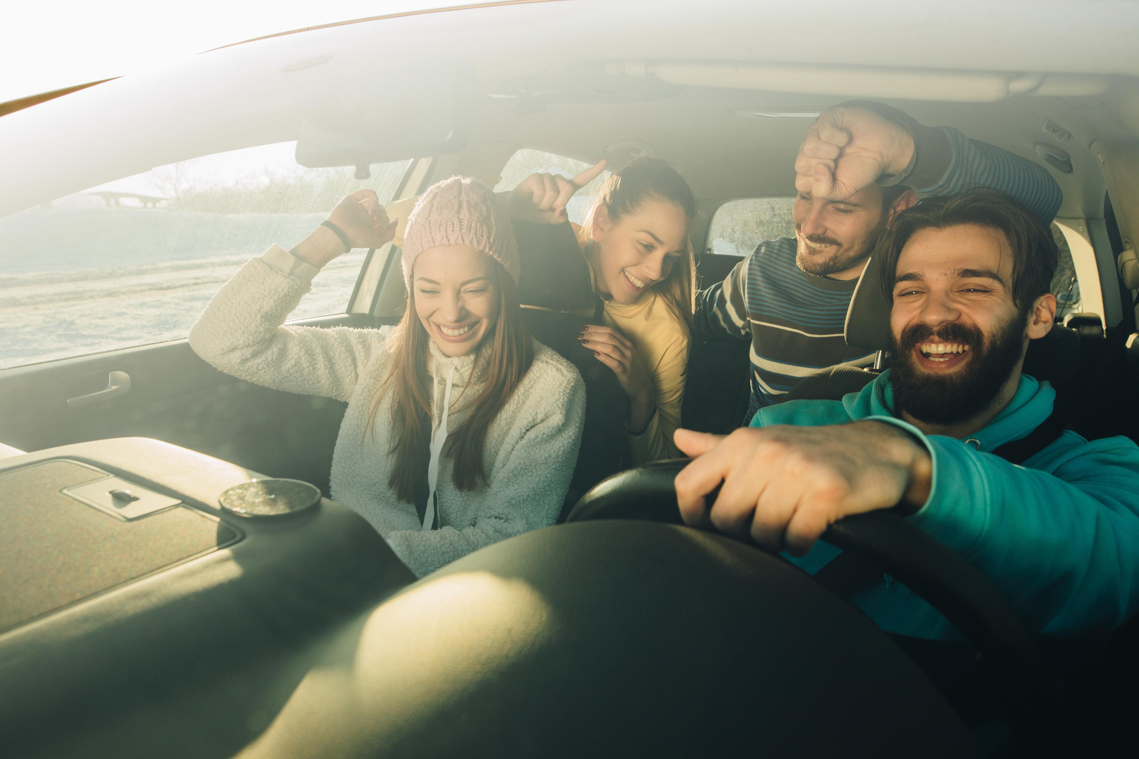 Psicólogos explicam por que cantar no carro dá tanto prazer