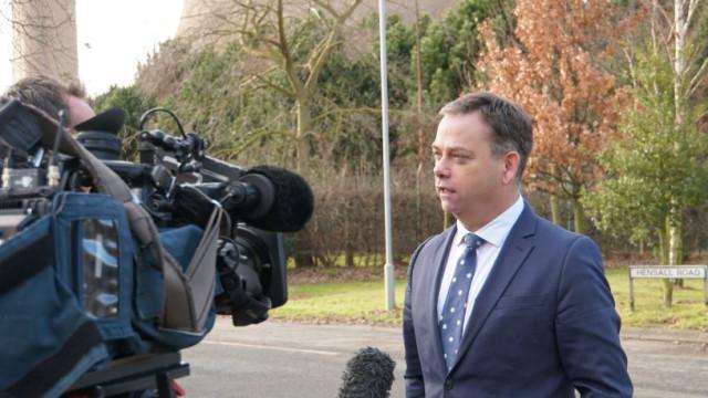 Ministro britânico demite-se na sequência do compromisso de May e Corbyn